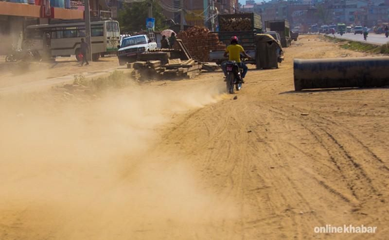 धुलोबाट इँटा बनाउँदै काठमाडौं महानगरपालिका